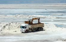حاشیه های تمام نشدنی برداشت نمک از دریاچه ارومیه