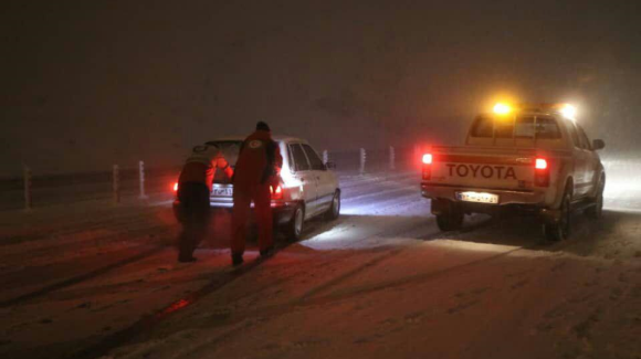 امداد رسانی به ۶٩۵ مسافر گرفتار در برف در آذربایجان غربی